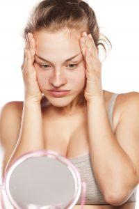 Botox femme devant un miroir